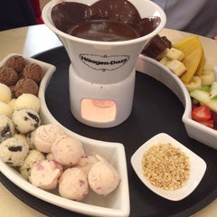 Photo taken at Häagen-Dazs by Junie C. on 9/30/2014