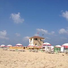 Photo taken at Frishman Beach (חוף פרישמן) by Sanin on 7/8/2012
