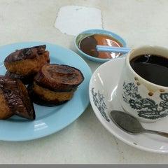Photo taken at Kedai Makanan & Minuman USJ 2 (USJ 2 美食中心) by Beaming S. on 3/8/2014