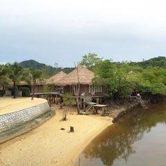 Photo taken at The Blue Sky Resort Koh Payam (เดอะบลูสกายรีสอร์ท เกาะพยาม) by wilai m. on 8/2/2015