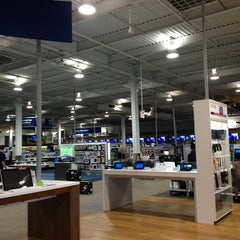 Photo taken at Best Buy by Jairo P. on 9/5/2013