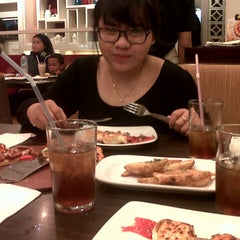 Photo taken at Pizza Hut by Dian A. on 12/25/2013