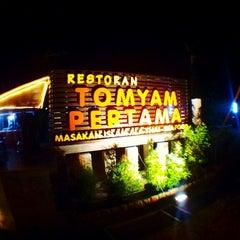 Photo taken at Tomyam Pertama (Kg. Pertama) by Bob's R. on 7/9/2013