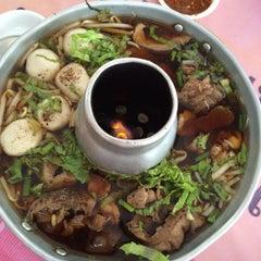 Photo taken at ก๋วยเตี๋ยวเนื้อวัว วัดดงมูลเหล็ก (Wat Dong Moon Lek Noodle) by Chana N. P. on 11/18/2014