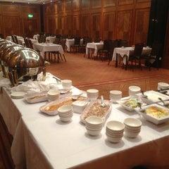 Photo taken at Copthorne Tara Hotel London Kensington by Szilard S. on 9/11/2013