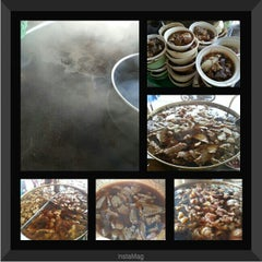 Photo taken at ก๋วยเตี๋ยวเนื้อวัว วัดดงมูลเหล็ก (Wat Dong Moon Lek Noodle) by KunyingMu N. on 6/4/2014