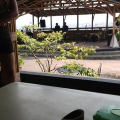 Photo taken at Waroeng DIGGERS by Maretha Azka A. on 10/4/2014