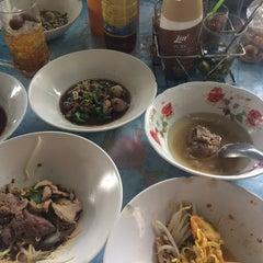 Photo taken at ก๋วยเตี๋ยวชายคลอง วัดลาดพร้าว by folkzero. on 7/28/2015