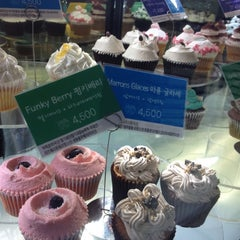 Photo taken at Goodovening Cupcake by yukari on 8/17/2012