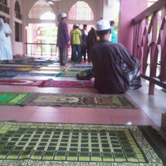 Photo taken at Masjid Al-Khasyi'in by Idzwan I. on 3/9/2012