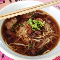 Photo taken at ก๋วยเตี๋ยวเนื้อวัว วัดดงมูลเหล็ก (Wat Dong Moon Lek Noodle) by Sine s. on 2/7/2015