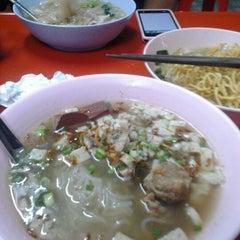 Photo taken at ราดหน้า - ผัดซีอิ๊ว ยอดผัก by Supavut M. on 1/28/2013