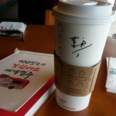 Photo taken at 星巴克 Starbucks by Joseph L. on 9/13/2014