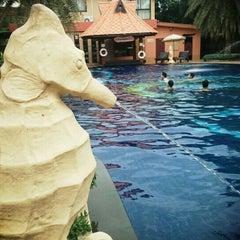 Photo taken at Baan Grood Arcadia Resort and Spa (บ้านกรูด อาเคเดีย รีสอร์ท แอนด์ สปา) by EarTh' P. on 5/26/2015