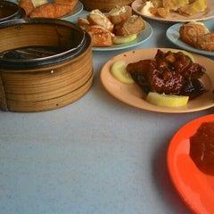 Photo taken at Wong Chow Dim Sum (皇座香港点心) by Fatty K. on 5/31/2015