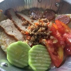 Photo taken at ร้านพรเทพ อาหารเช้ายอดนิยม by Bowzo on 2/16/2015