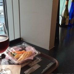 Photo taken at ワールド・ワインバー by ピーロート(World Wine Bar by Pieroth) 羽田空港店 by Kz T. on 7/21/2014