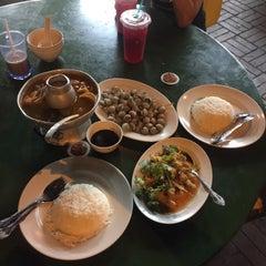 Photo taken at Rasa Rasa Muslim Thai Seafood Restaurant by Zick-o L. on 3/12/2015