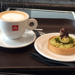 Photo taken at espressamente illy coffee bar by Mariano B. on 9/29/2015