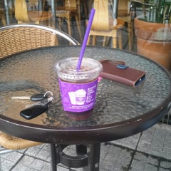 Photo taken at The Coffee Bean & Tea Leaf by Jangho H. on 7/26/2014