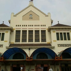 Photo taken at Stasiun Cirebon Kejaksan by Anzi on 3/29/2013