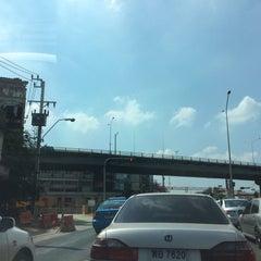 Photo taken at สะพานข้ามแยกบางพลัด (Bang Phlat Flyover) by Pucca L. on 12/26/2015