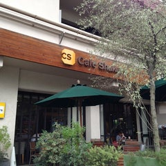 Photo taken at カフェ シェーキーズ (Cafe Shakey's) by Tatsuya U. on 6/6/2013