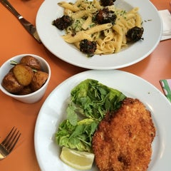 Photo taken at Carluccio's by Phan Dai C. on 5/26/2014