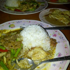 Photo taken at Mid-Night Food Centre (MFC Tomyam) by NurZila O. on 11/17/2012