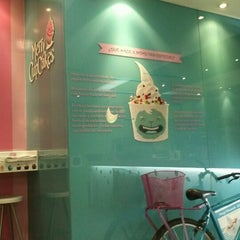 Photo taken at Moyo Frozen Yogurt by Pako Arit on 10/14/2012