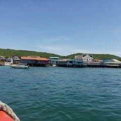 Photo taken at ท่าหน้าบ้าน เกาะล้าน by Vacharapong N. on 7/25/2015
