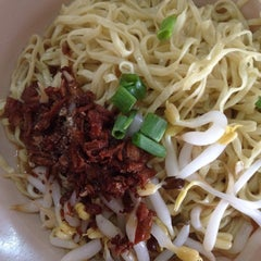 Photo taken at Famous Hakka Mee (客家面) by Xiao W. on 2/4/2015