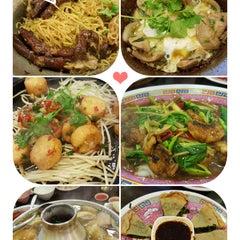Photo taken at ทวีชัยโภชนา (Thaveechai Restaurant) by Aey p. on 10/22/2015