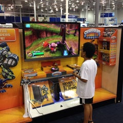 Photo taken at Best Buy by Dragon H. on 5/12/2013