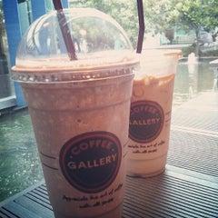 Photo taken at Coffee Gallery (คอฟฟี แกลเลอรี) by Tab on 5/18/2013