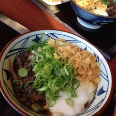 Photo taken at 丸亀製麺 熊本佐土原店 by okazaki y. on 1/27/2013