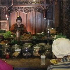 Photo taken at Waroeng Pecel Solo by Viony M. on 8/2/2014