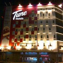 Photo taken at Tune Hotels by Heriyani Yuki Ruby on 10/26/2012