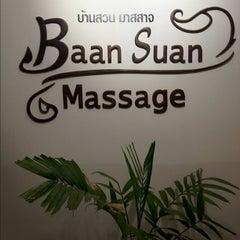 Photo taken at Baan Suan Massage (บ้านสวนมาสสาจ) by สิบเอก บรรเจิด พิทยาประทีป on 5/2/2012