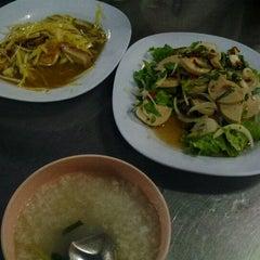 Photo taken at โหงวโภชนา by Lukkate Kato on 5/6/2012