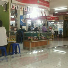 Photo taken at Pusat Kulakan Handphone & Komputer by Aan O. on 3/17/2012