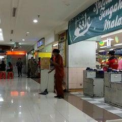 Photo taken at Hari Hari Pasar Swalayan by Antoni J. on 6/25/2015