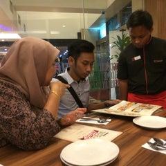 Photo taken at Pizza Hut by Mohd. Sabri Z. on 6/5/2014