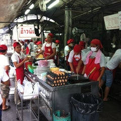 Photo taken at ข้าวผัดปูเมืองทอง ๑ (Mueang Thong Crab-meat Fried Rice 1) by Sirirush S. on 9/22/2012