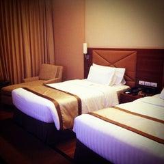 Photo taken at The Grand FourWings Convention Hotel (โรมแรมเดอะแกรนด์โฟร์วิงส์) by Plyyont. on 3/31/2013