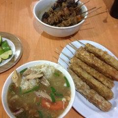 Photo taken at Soto Ayam & Ayam Goreng Bangkong by Steve K. on 8/8/2014