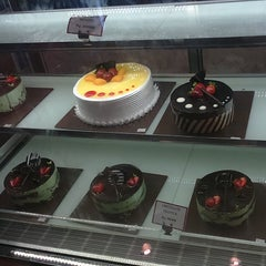 Photo taken at Clover Bakeshoppe by rianisbr s. on 1/4/2015