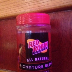 Photo taken at Red Robin Gourmet Burgers by Frank M. S. on 11/11/2014