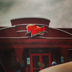 Photo taken at Red Robin Gourmet Burgers by BT W. on 12/31/2012