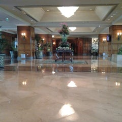 Photo taken at Shangri-La Hotel by Nandaaa n. on 3/11/2013